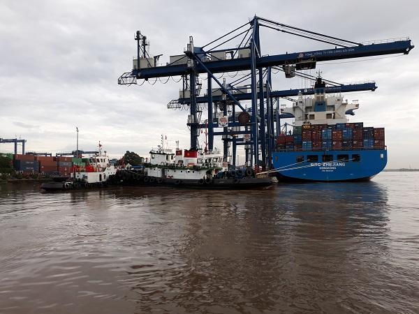 Trước khi cập bến và đưa hàng vào trong nước, doanh nghiệp phải khai báo hải quan nhập khẩu