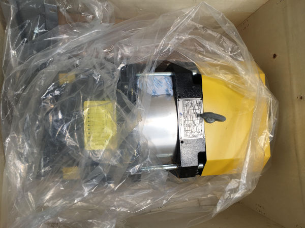 Nhãn hàng hóa dán trên thân máy kéo thang máy theo quy định về nhãn hàng hóa